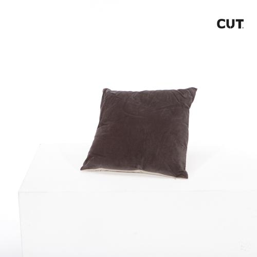 Fashion props in Mallorca cushion red velvet square 01